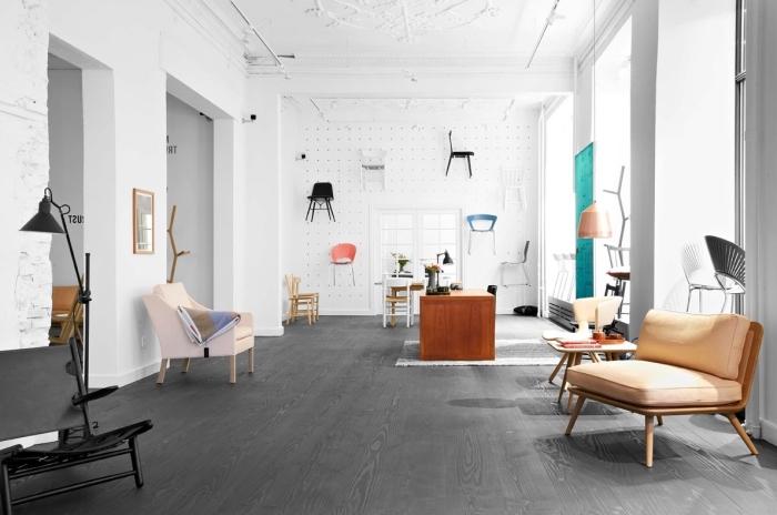 design intérieur dans un appartement loft aux murs blancs et déco plafond en plâtre avec meubles de couleurs vives