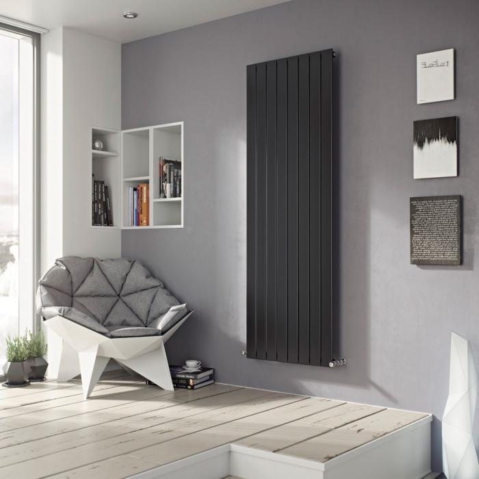 déco moderne et stylée dans un salon aux murs blancs avec pan de mur gris et plancher de bois clair, modèle de chaise origami blanche