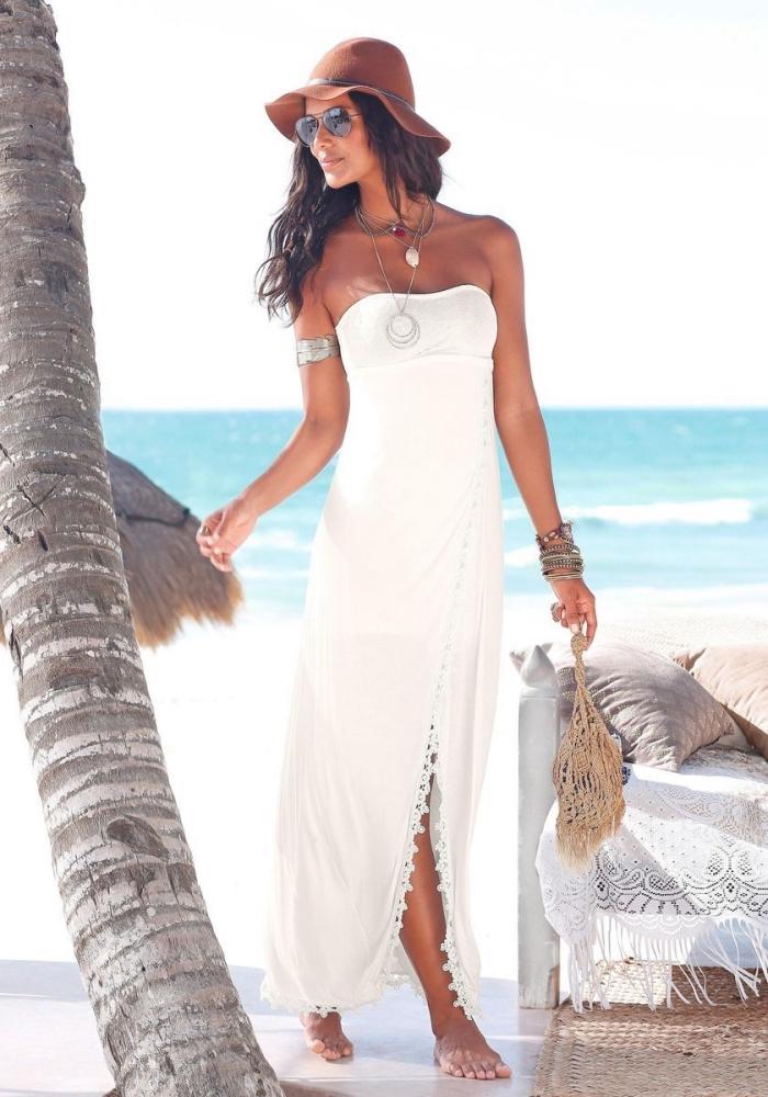 modèle de robe légère été avec bustier et broderie blanche, idée accessoires de plage avec bracelets métalliques