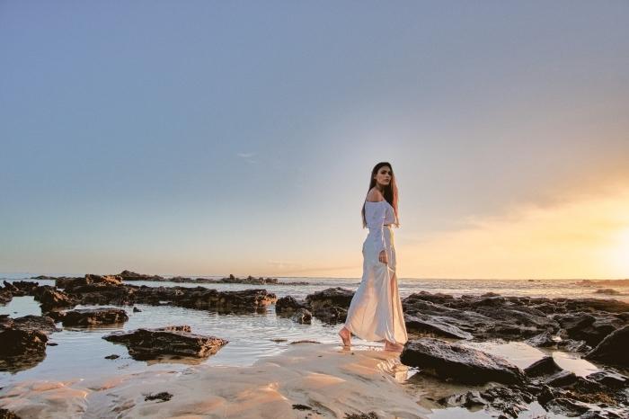 modèle de robe de plage ceinturée de couleur blanche et taille longue avec manches longues et épaules nues