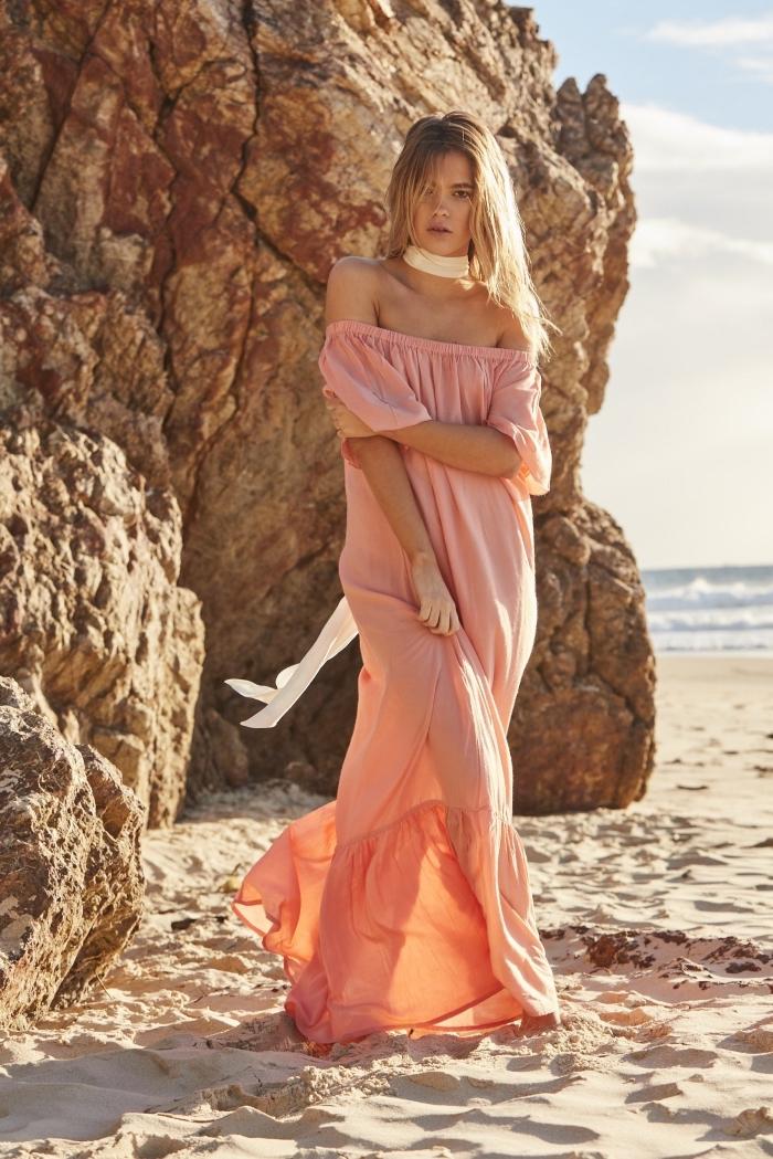 idée robe femme ete aux manches tombantes de couleur corail pastel, idée coloration cheveux de base châtain avec mèches blondes