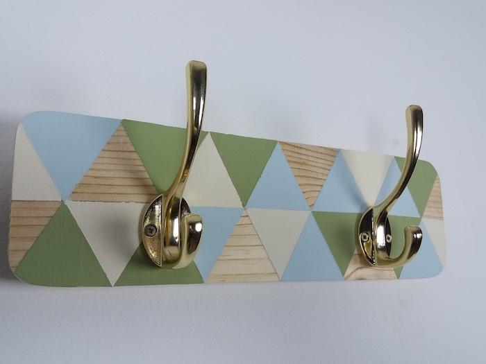 exemple de planche de bois colorée à motifs chevron triangles colorés et des accroches metalliques couleur or