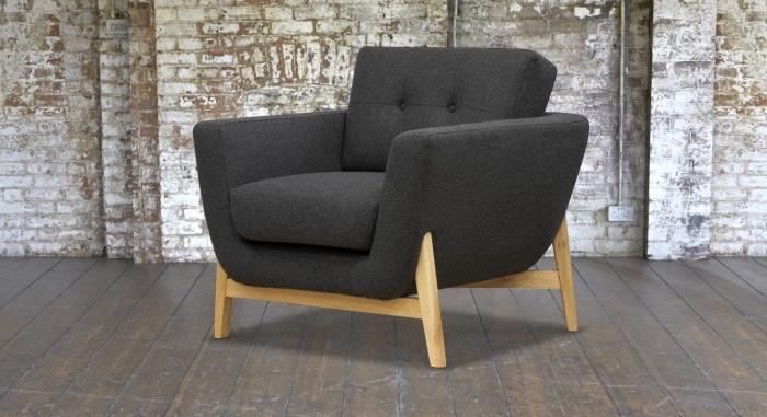 déco d'intérieur en style industriel avec revêtement mural à design briques et parquet de bois, modèle de fauteuil bois et gris anthracite