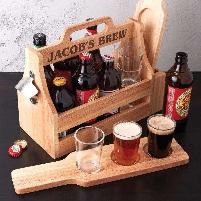 idees cadeaux fetes des peres, set de bouteilles et verre de bière dans une cassette de bois clair et une planche de bois clair