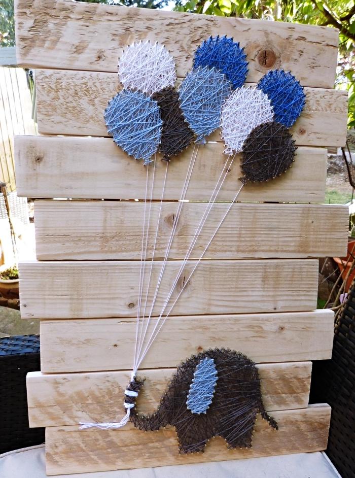 idée déco de jardin amusant avec planches de bois clair et une jolie déco en fil en forme d'éléphant et ballons