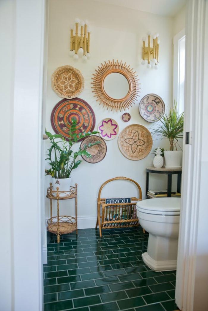 plante interieur ombre, plante pour salle de bain, plantes d'appartement, carrelage sol en briques vertes finition lustrée, murs décorés d'ornements en osier tressé, grand meuble wc classique blanc