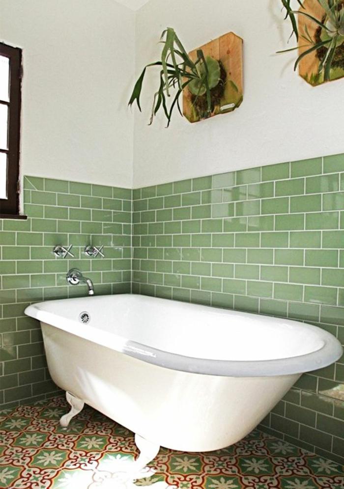 plante qui absorbe l'humidité, deux porte-plantes murales, baignoire blanche vintage aux pieds vintage blancs, plante pour salle de bain, carrelage vert brillant a moitié du mur et murs peints en blanc a moitié
