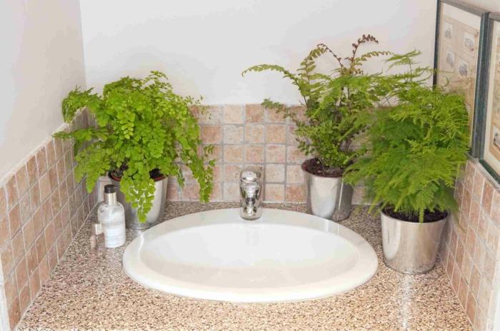 pinterest salle de bain, plante qui absorbe l'humidité, plantes d'appartement, lavabo en forme ovale blanche, meuble de lavabo avec plan aux effets marbrés en marron et beige, trois pots en métal couleur argent avec des plantes vertes