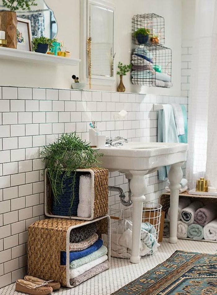 plante retombante, carrelage blanc en briques blanches, carrelage du sol hexagonal en blanc, plantes d'appartement, grand lavabo blanc vintage avec des pieds blancs