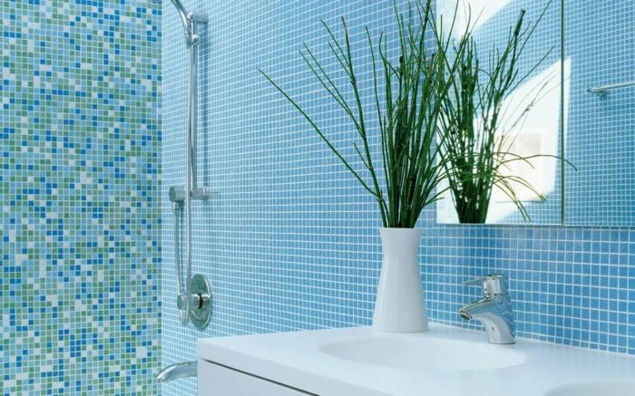 plante pour salle de bain, mosaïque en bleu et blanc, zone douche en mosaïque bleu, blanc et vert, meuble suspendu en blanc avec deux lavabos, plante qui absorbe l'humidité