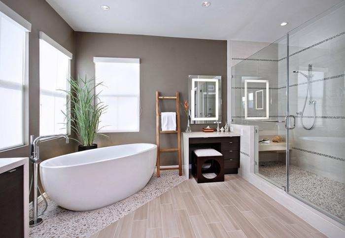 pinterest salle de bain, plante pour salle de bain, baignoire blanche, parquet pvc en couleur beige claire, douche italienne spacieuse avec sol recouvert de mosaïque imitant des petits cailloux blancs et marrons