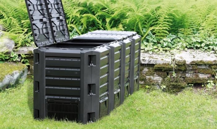 installer un grand container en plastique avec couvercle et trous dans son jardin pour faire du compost éco