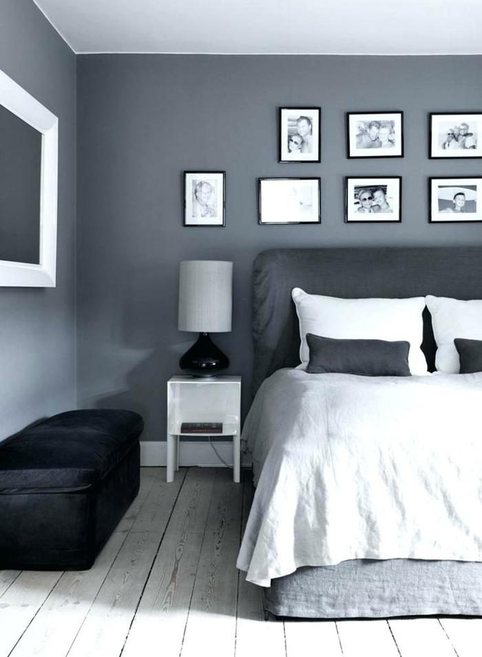 chambre à coucher en gris et blanc, petit chevet blanc, cadres photos, sol en planches