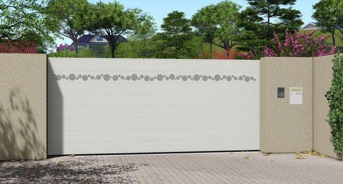 portail blanc associé avec une façade à l'enduit beige, motif déco ajouté