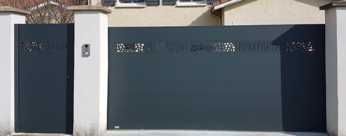 portail aluminium noir avec découpes artistiques, associé à une cloture blanche