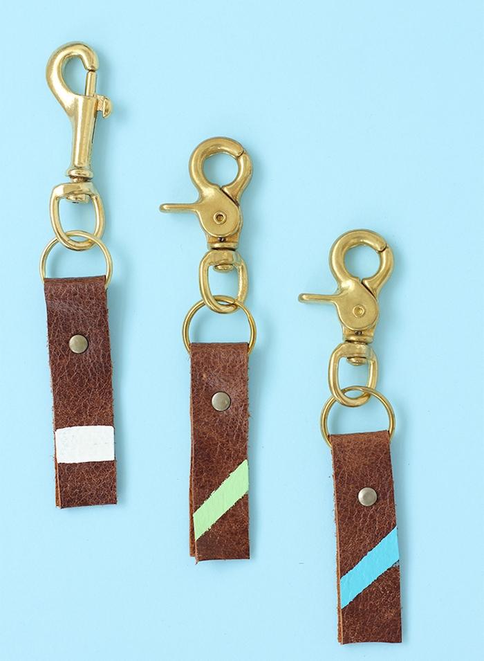 cadeau fete des peres a fabriquer, porte clé diy en bande de cuir personnalisée de bande de couleur avec une attache mécanisme boucle fermeture