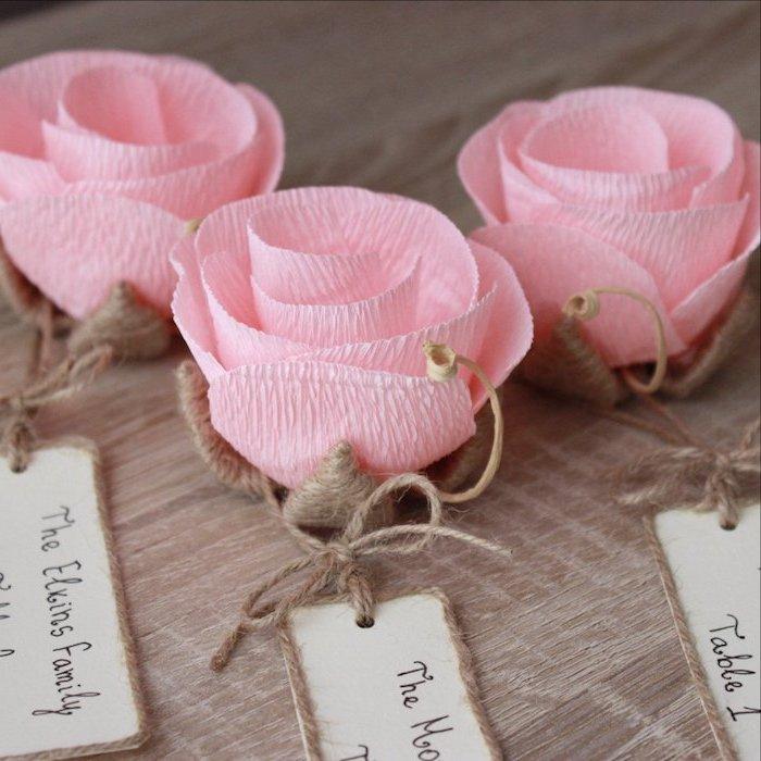 roses en papier crépon et fils de chanvre avec une étiquette encadré de fils, idée de marque place a faire soi meme originale diy