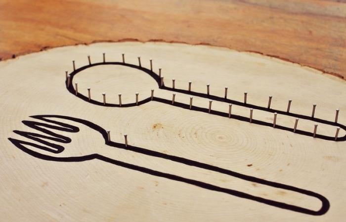 idée comment décorer sa cuisine avec un objet DIY facile, fabriquer un panneau de bois clair avec décoration en fil