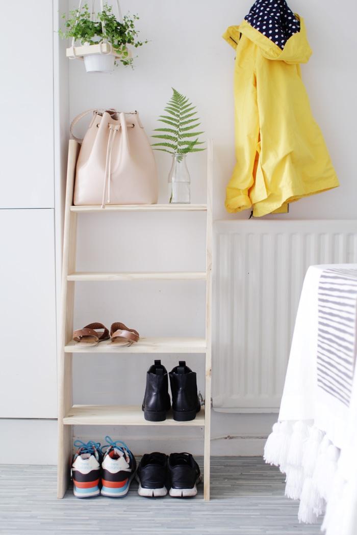 une échelle etagere a chaussure en bois clair au design minimaliste scandinave, facile à réaliser soi-même