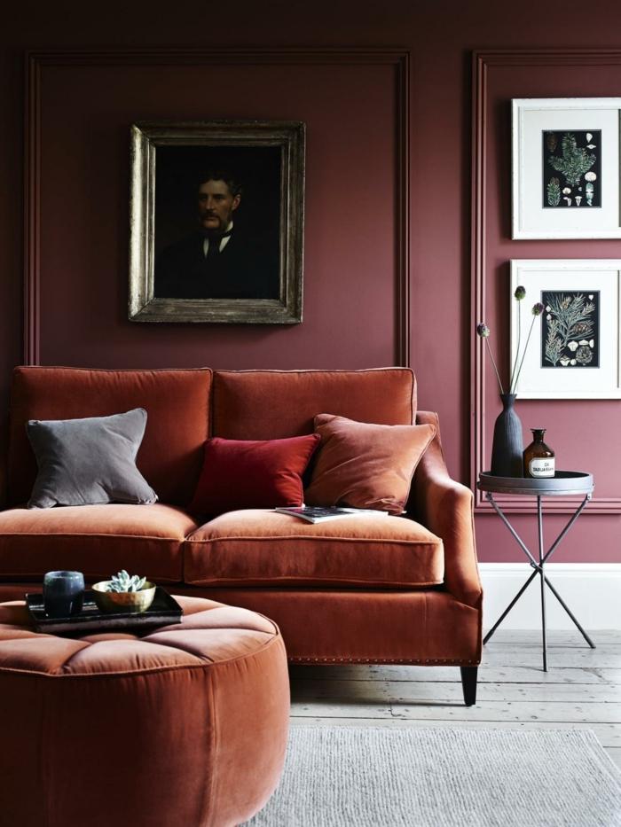 amenagement salon pourpre avec sofa orange, pour couleur terracota, table de chevet noire, cadres peintures