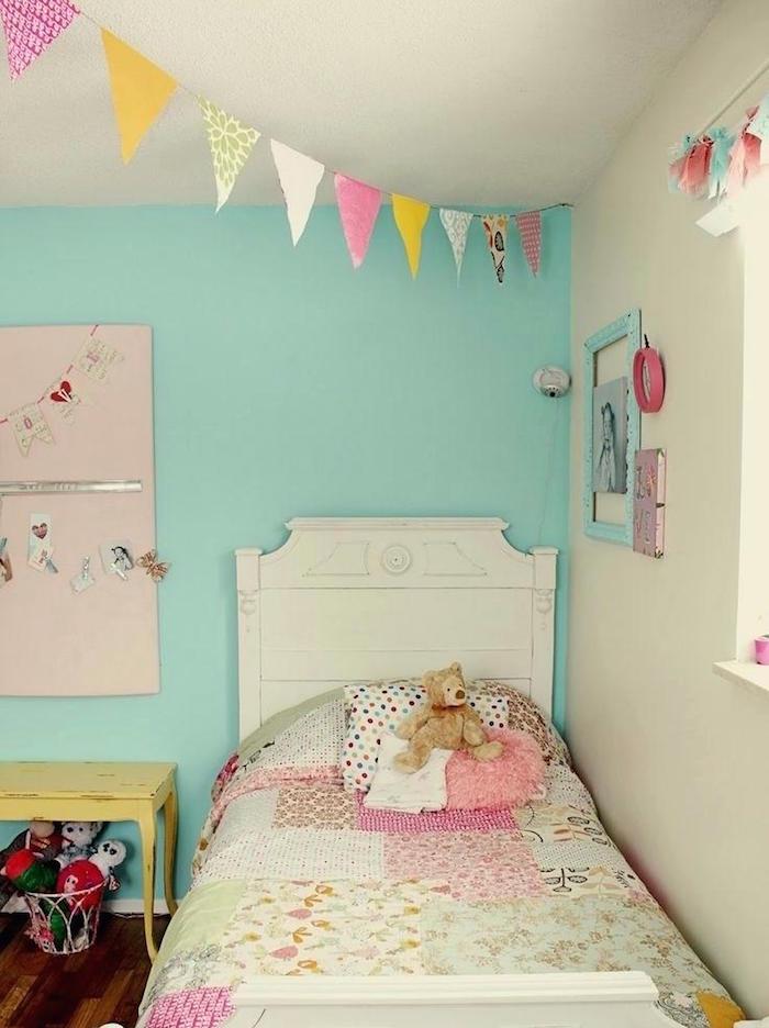 chambre belu turquoise pour enfant fille avec guirlande en couleurs