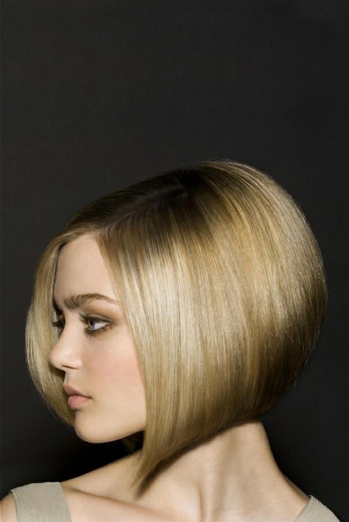 coupe carré plongeant court, carré lisse et sexy, carré cheveux blonds, carré court blond