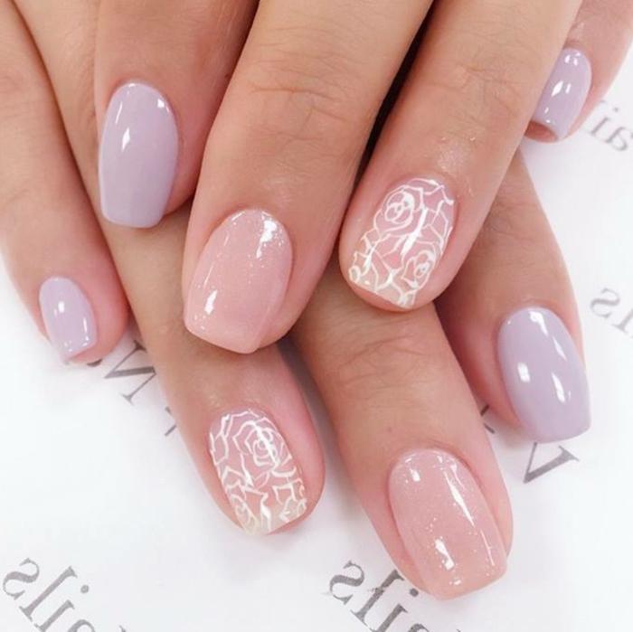 ongles lilas, motifs floraux, décoration sur ongles courts, dessins de roses stylisés