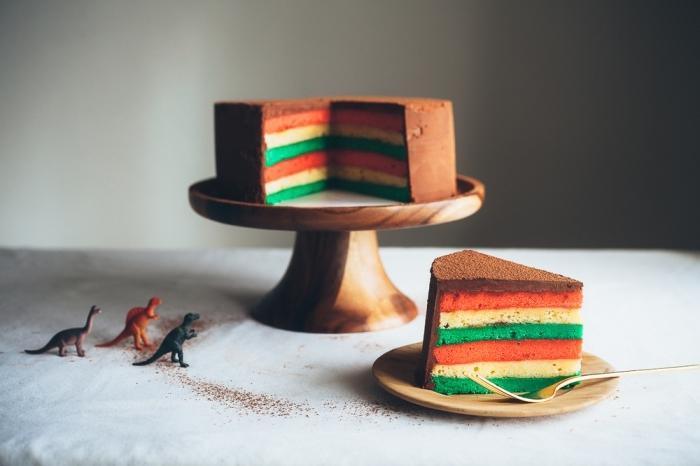 recette de layer cake italien à l'intérieur arc-en-ciel, recouvert de glaçage chocolat