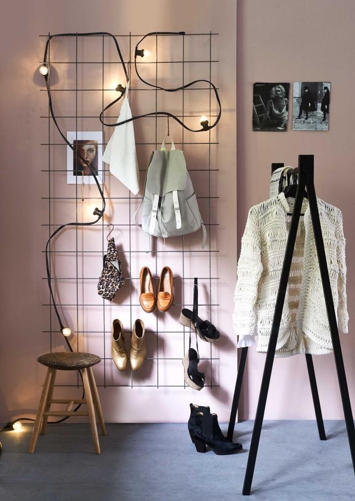 astuce rangement chaussures dans l'esprit minimaliste moderne, suspendre ses chaussures sur une grille métallique dans la chambre à coucher