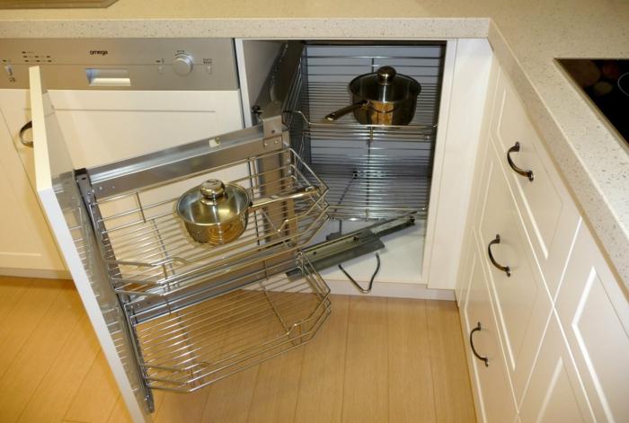 meuble angle cuisine en couleur blanc crème, amenagement de placard optimal, plate-formes en métal, corbeilles pour ranger les casseroles