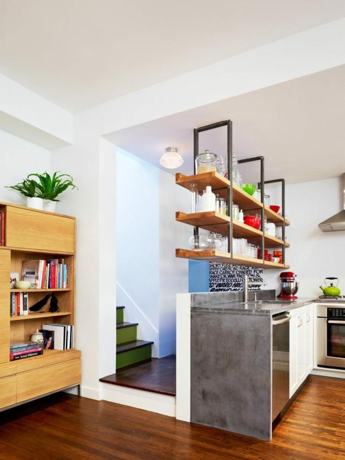 tiroir de rangement, idée rangement cuisine, trois longue étagères en bois clair et en métal noir fixées au dessus du meuble du lavabo et du plan de travail, sol en parquet couleur cerise