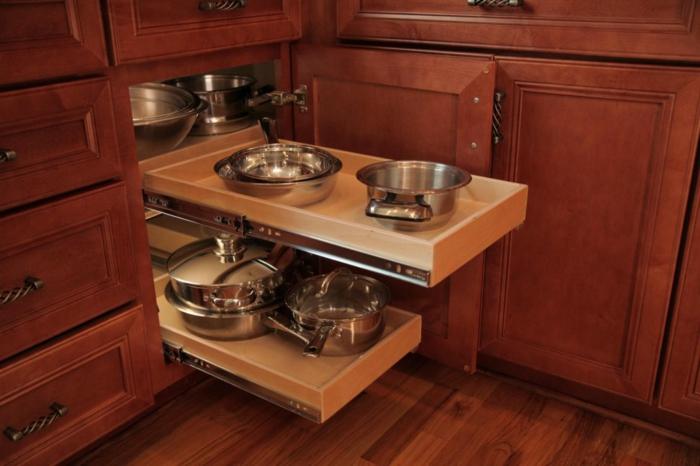 tiroir de rangement, idée rangement cuisine, plate-formes en bois clair coulissantes pour les casseroles et les poêles, meuble en bois couleur cerise