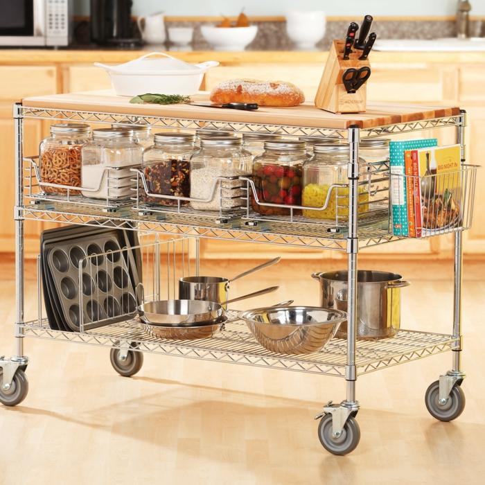 idée rangement cuisine, meuble cuisine rangement, meuble mobile a quatre roues et avec des étagères en métal couleur argent, rangement coulissant cuisine