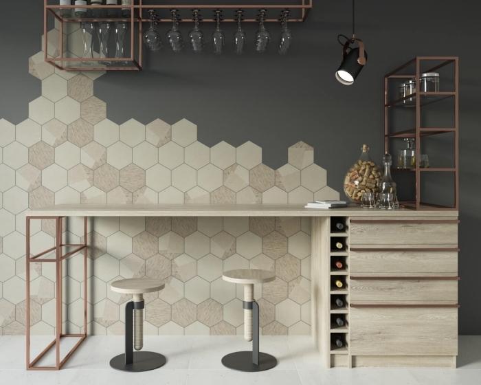 décoration originale dans une cuisine moderne avec mur gris et carrelage beige aménagée avec meubles en bois et fer