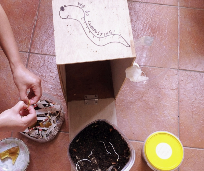 exemple comment fabriquer son composteur dans une petite boîte de bois avec couvercle et remplit de terre et vers
