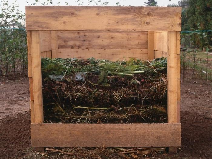 idée pour fabriquer composteur dans son jardin, modèle de récipient compostage en forme carrée fait de bois