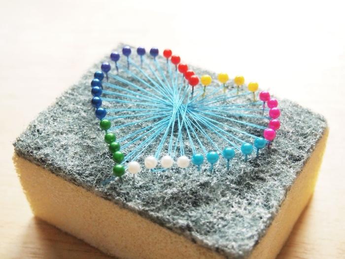 modèle d'objet décoratif DIY fait avec une éponge et épingles de couleurs variées, activité manuelle facile avec fil à coudre