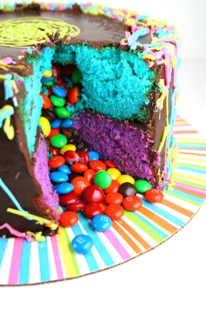 recette de gateau smarties surprise à deux couches violette et turquoise, au glaçage chocolat