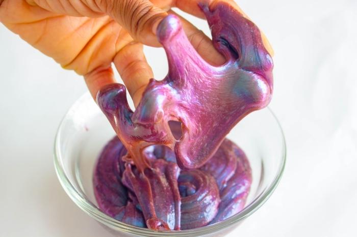 recette de slime galaxie aux reflets métalliques irisés, réalisé avec des pigments en poudre nacrés
