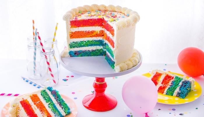 recette traditionnelle de gâteau arc en ciel au glaçage de chantilly au mascarpone, saupoudré de confettis sucrés et colorés