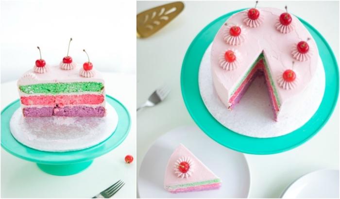 joli gâteau arc en ciel au look vintage à base de génoises de trois couleurs et recouvert de glaçage rose