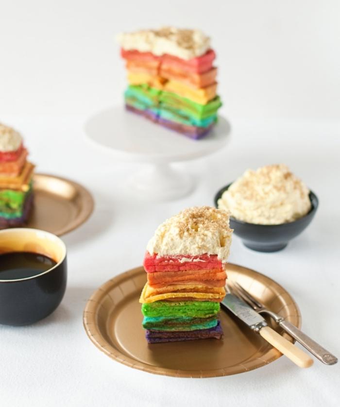 recette de rainbow cake aux gaufres colorées, nappé de crème chantilly dorée faite maison