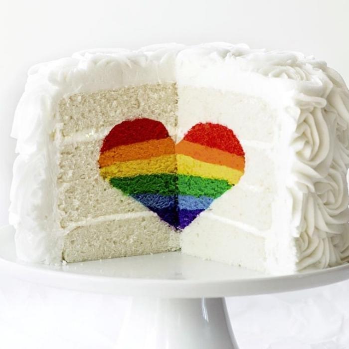 recette de rose cake gateau surprise avec un coeur arc-en-ciel à l'intérieur, au glaçage en roses blannches