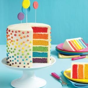 Gâteau arc-en-ciel pour une fête haute en couleur