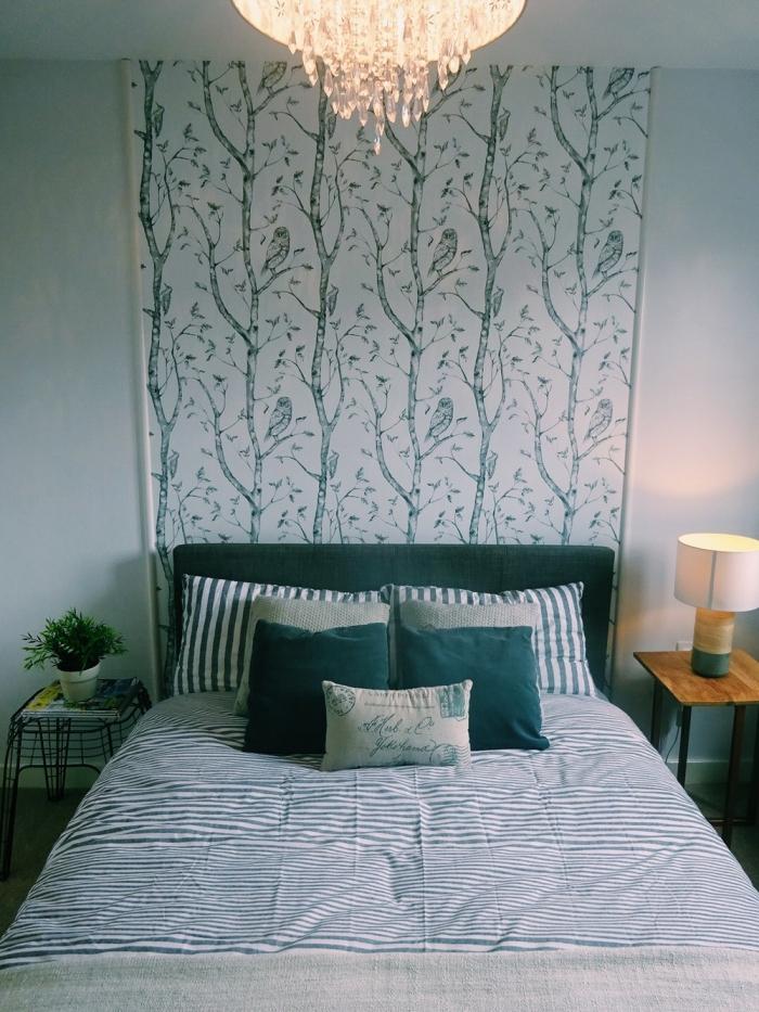 un lé de papier peint à motif nature qui rehausse la tête de lit bleu paon, idées déco tête de lit réalisé avec du papier peint tendance