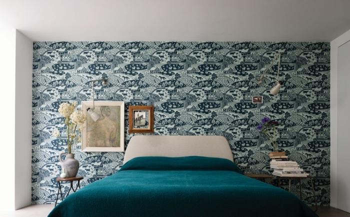 une chambre à coucher d'esprit vintage qui joue le contraste des murs blancs et de la tete de lit papier peint imprimé riche en motifs
