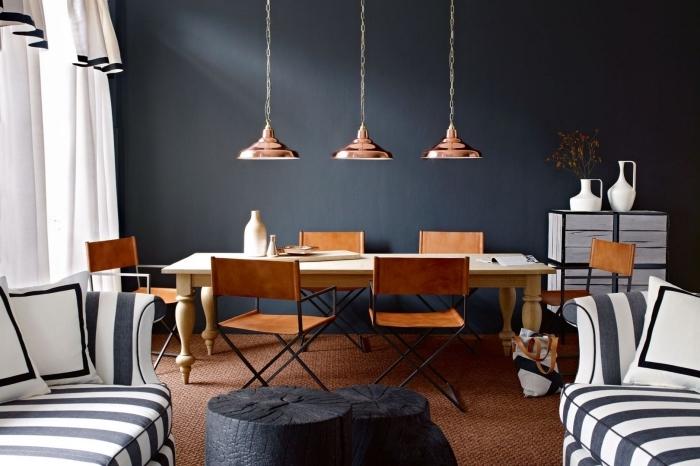 peinture gris anthracite sur murs dans salon et salle à manger ouvert avec meubles de bois ancien et lampes modernes en cuivre