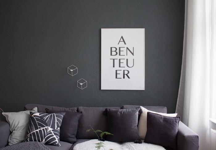 idée quelle nuance de gris choisir pour peindre les murs dans le salon, modèle de canapé foncé avec coussins et housse en faux fur