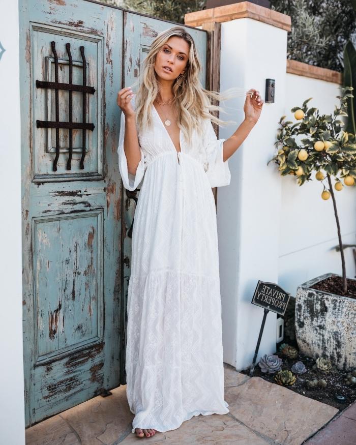 look boho chic en robe longue blanche brodée avec décolleté en V et manches mi-longue combinée avec un collier en or