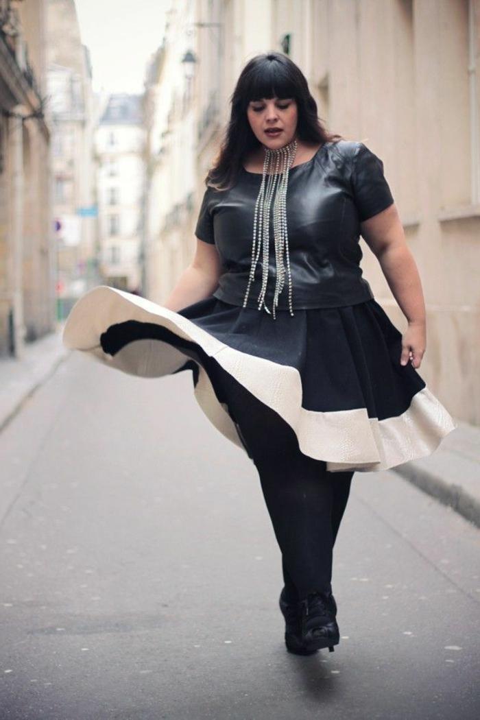 robe bimatière chic, robe pour femme ronde, jupe évasée en noir et blanc, collier extravagant